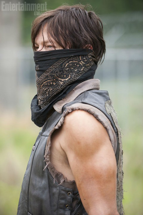 daryl dixon mask - Masked Daryl Dixon Season 4 Photo Is Released